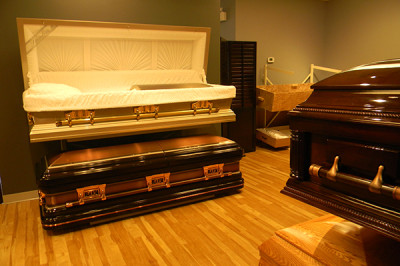 Trois Cercueils du CFO sont du vernis brillant , l'un ouvert et les deux autres sont fermés